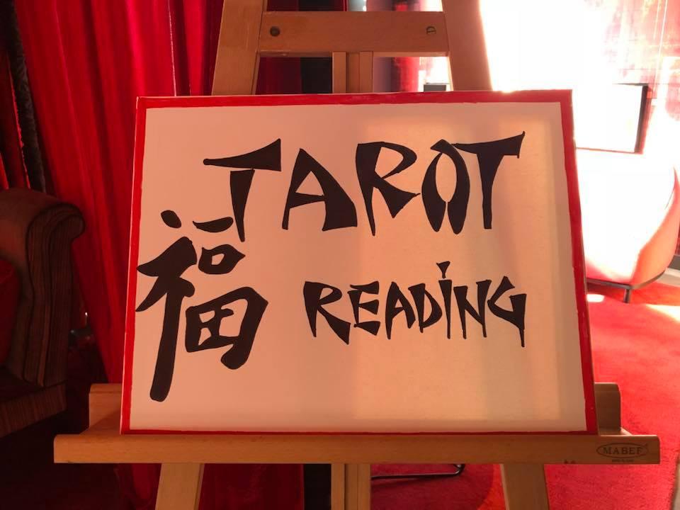 Group-Tarot-reading-at-Hot-Sauce